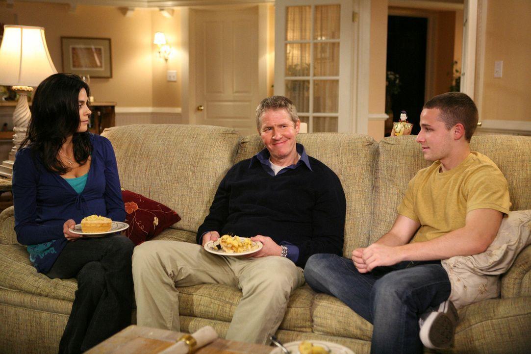 Susan (Teri Hatcher, l.) versucht, die Verkupplungsaktion zwischen Dachdecker Walter (J.C. MacKenzie, M.) mit Andrew (Shawn Pyfrom, r.) zu unterbind... - Bildquelle: ABC Studios