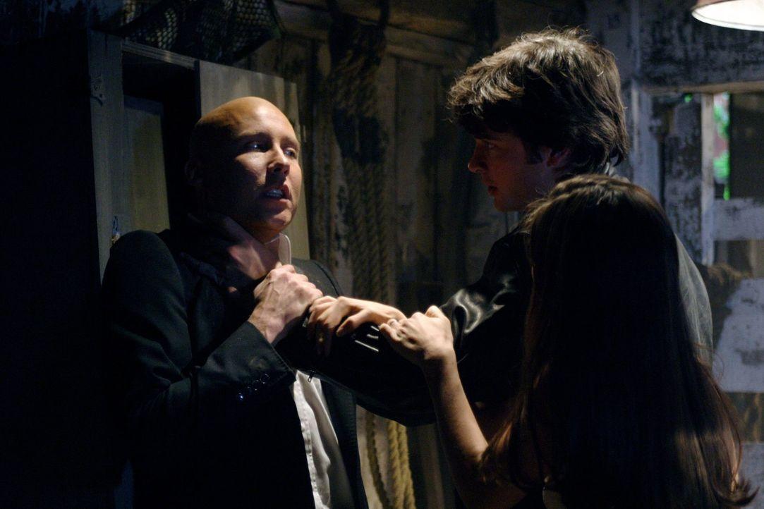 Das Kryptonit in Lois' Lippenstift bringt den bösen Clark (Tom Welling, M.) hervor. Er will jetzt Lex (Michael Rosenbaum, l.) töten. Kann Lana (Kris... - Bildquelle: Warner Bros.