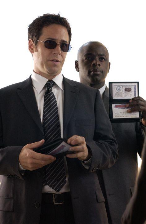 Sind gewillt einen Serienvergewaltiger zur Strecke zu bringen: FBI Agent Don Eppes (Rob Morrow, l.) und sein Kollege FBI Agent David Sinclair (Alimi... - Bildquelle: Paramount Network Television