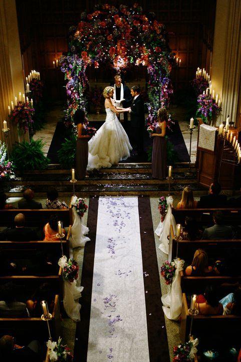 Geben sich das Ja-Wort: Izzie (Katherine Heigl, vorne l.) und Alex (Justin Chambers, vorne r.) ... - Bildquelle: Touchstone Television