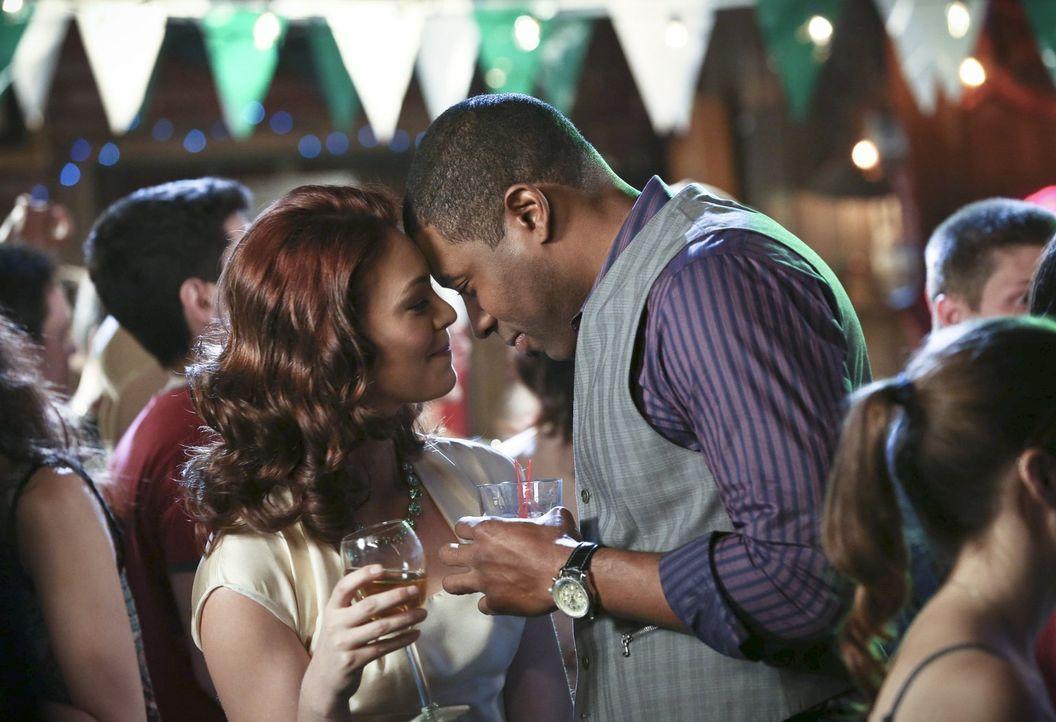 Genießen den gemeinsamen Abend: Annabeth (Kaitlyn Black, l.) und Lavon (Cress Williams, r.) ... - Bildquelle: Warner Brothers