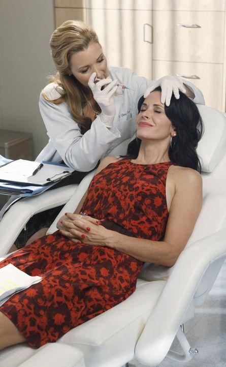 Wer schön sein will muss leiden! Dr. Evans (Lisa Kudrow, l.) und Jules (Courteney Cox, r.) ... - Bildquelle: 2009 ABC INC.