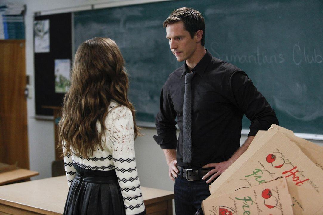 Juliet (Zoey Deutch, l.) versucht noch immer bei ihrem Lehrer Mr. Carpenter (Jason Dohring, r.) zu landen, wobei sie allerdings auf Granit beißt ... - Bildquelle: 2011 THE CW NETWORK, LLC. ALL RIGHTS RESERVED