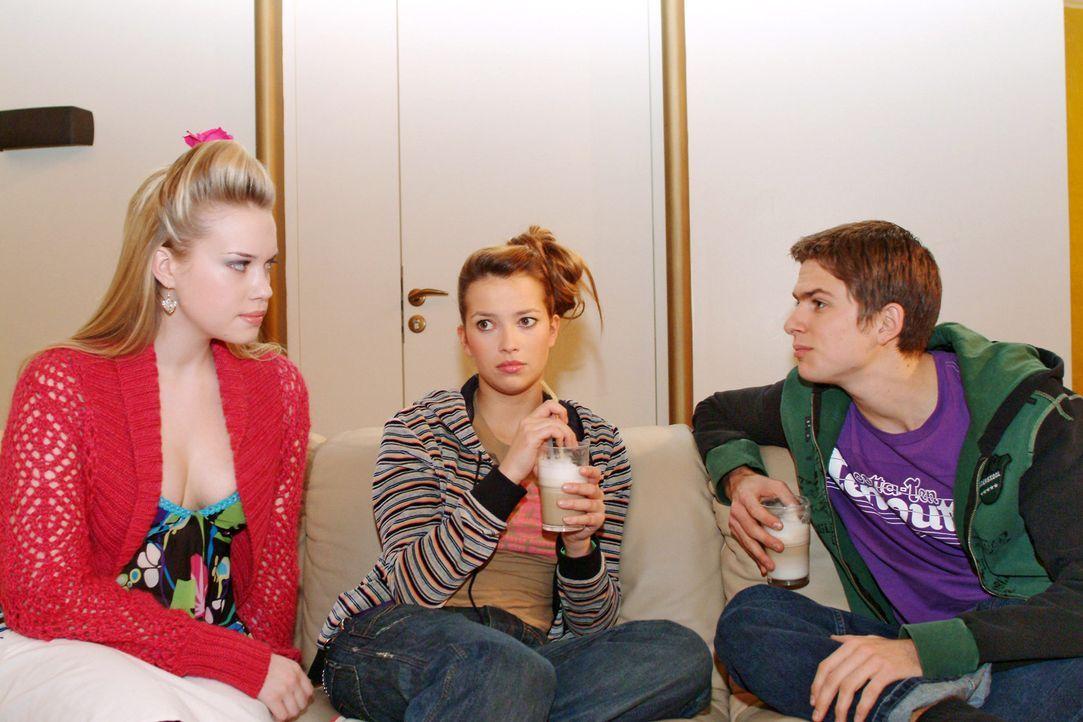 Timo (Matthias Dietrich, r.) lässt Kim (Lara-Isabelle Rentinck, l.) im Beisein von Hannah (Laura Osswald, M.) spüren, dass sie weder erwünscht is... - Bildquelle: Sat.1