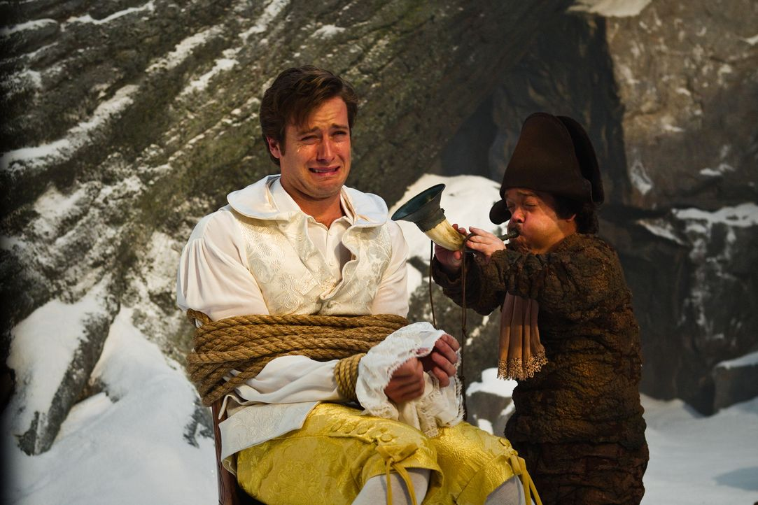 Zwerg Napolean (Jordan Prentice, r.) versucht mit unkonventionellen Methoden, Prinz Andrew (Armie Hammer, l.) von seinem Fluch, ein Hund zu sein, zu... - Bildquelle: Jan Thijs STUDIOCANAL