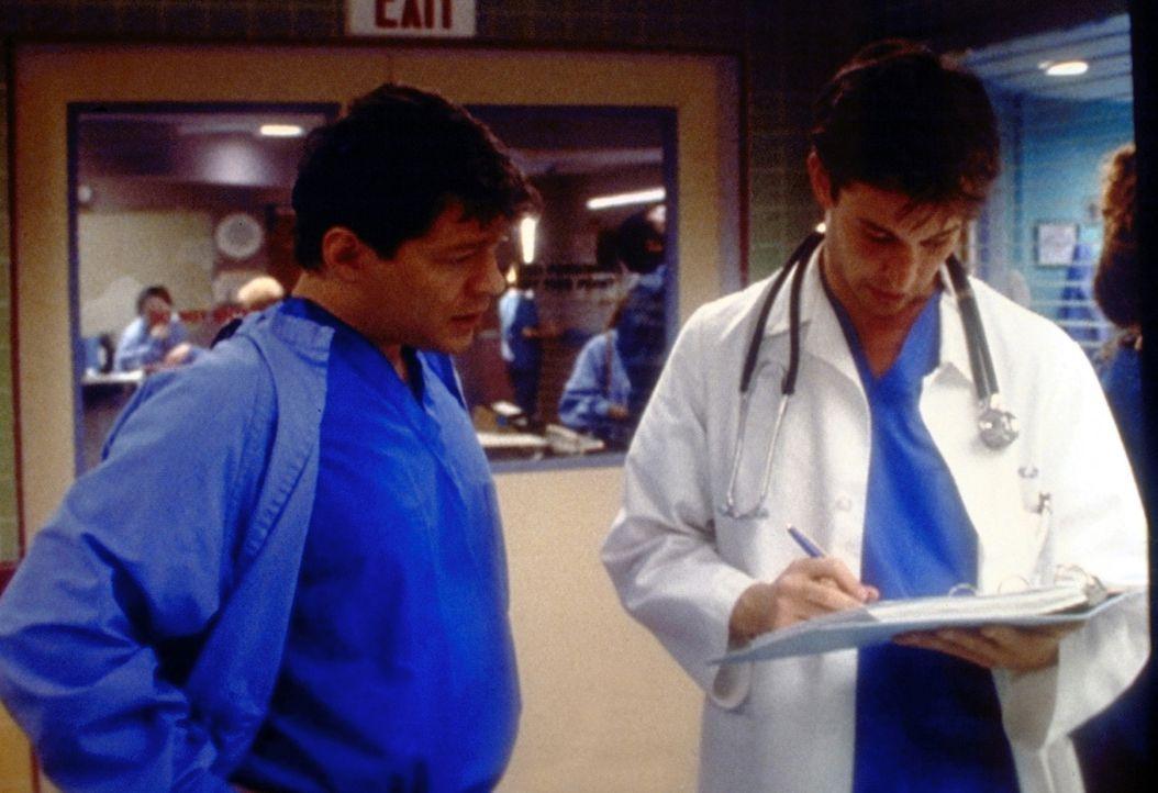 Als Dr. Carter (Noah Wyle, r.) bemerkt, dass der nachlässige Praktikant Dale Edson (Matthew Glave, l.) das Krankenblatt gefälscht hat, verrät er... - Bildquelle: TM+  2000 WARNER BROS.