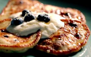 Diese süßen Blaubeer-Ricotta-Pfannkuchen mit griechischem Joghurt und Honig s...