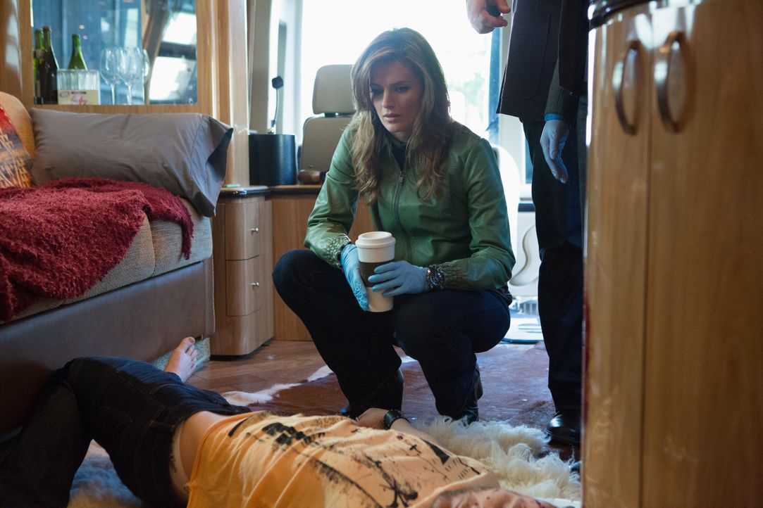 Die Arbeit am aktuellen Fall gestaltet sich für Kate Beckett (Stana Katic) und ihre Kollegen als sehr schwierig, weil ein Filmteam die Ermittlungsar... - Bildquelle: 2012 American Broadcasting Companies, Inc. All rights reserved.