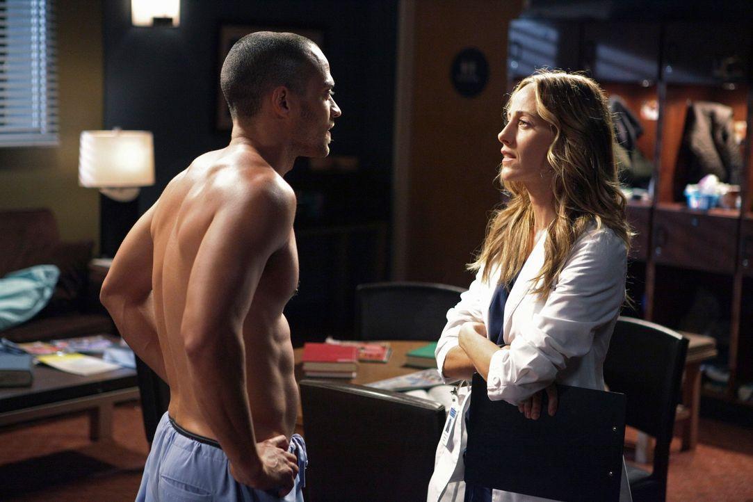 Jackson (Jesse Williams, l.) flirtet heftig mit Teddy (Kim Raver, r.), um seine fachlichen Defizite zu kaschieren. Doch wird sie ihn durchschauen? - Bildquelle: ABC Studios