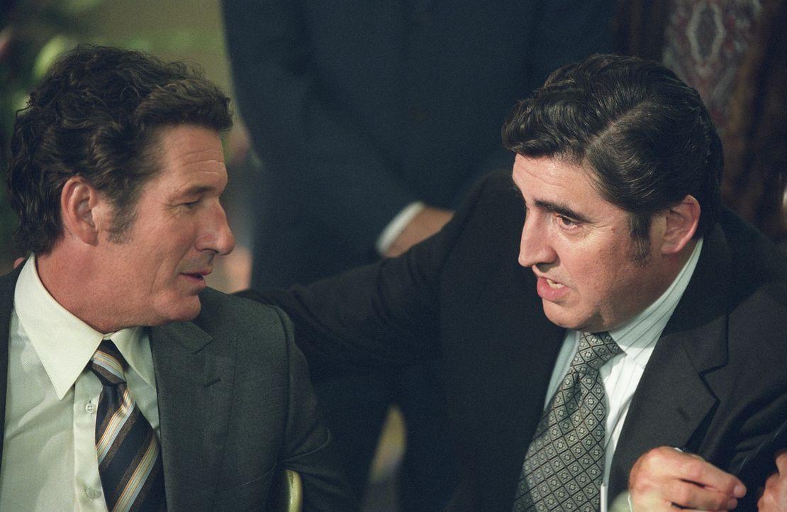 Als Clifford Irving (Richard Gere, l.) seinen Schriftstellerkollegen Dick Suskind (Alfred Molina, r.) in seine Pläne einweiht, weiß der anfangs ni... - Bildquelle: 2006 Miramax Films.