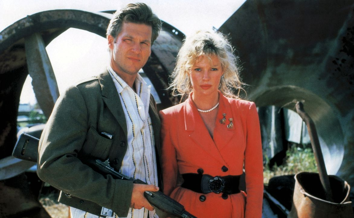 Wegen eines Mordes, bei dem geheime Baupläne verschwinden, werden Nadine (Kim Basinger, r.) und Vernon (Jeff Bridges, l.) plötzlich nicht nur von de... - Bildquelle: CPT Holdings, Inc. All Rights Reserved.