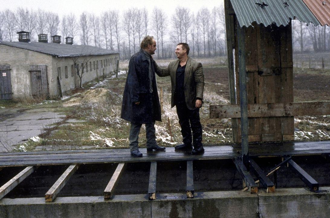 Hajo (Uwe Ochsenknecht, l.) und Jockel (Martin Semmelrogge, r.) sind entschlossen, die Verbrecher des Geschäftsmannes und seiner Komplizen aufzudec... - Bildquelle: T. Landgräber ProSieben