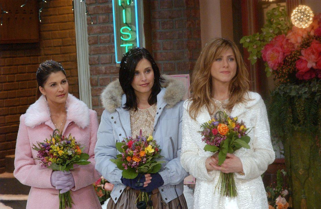 Gespannt folgen sie der Trauung: Rachel (Jennifer Aniston, r.) und Monica (Courteney Cox, M.) ... - Bildquelle: 2003 Warner Brothers International Television