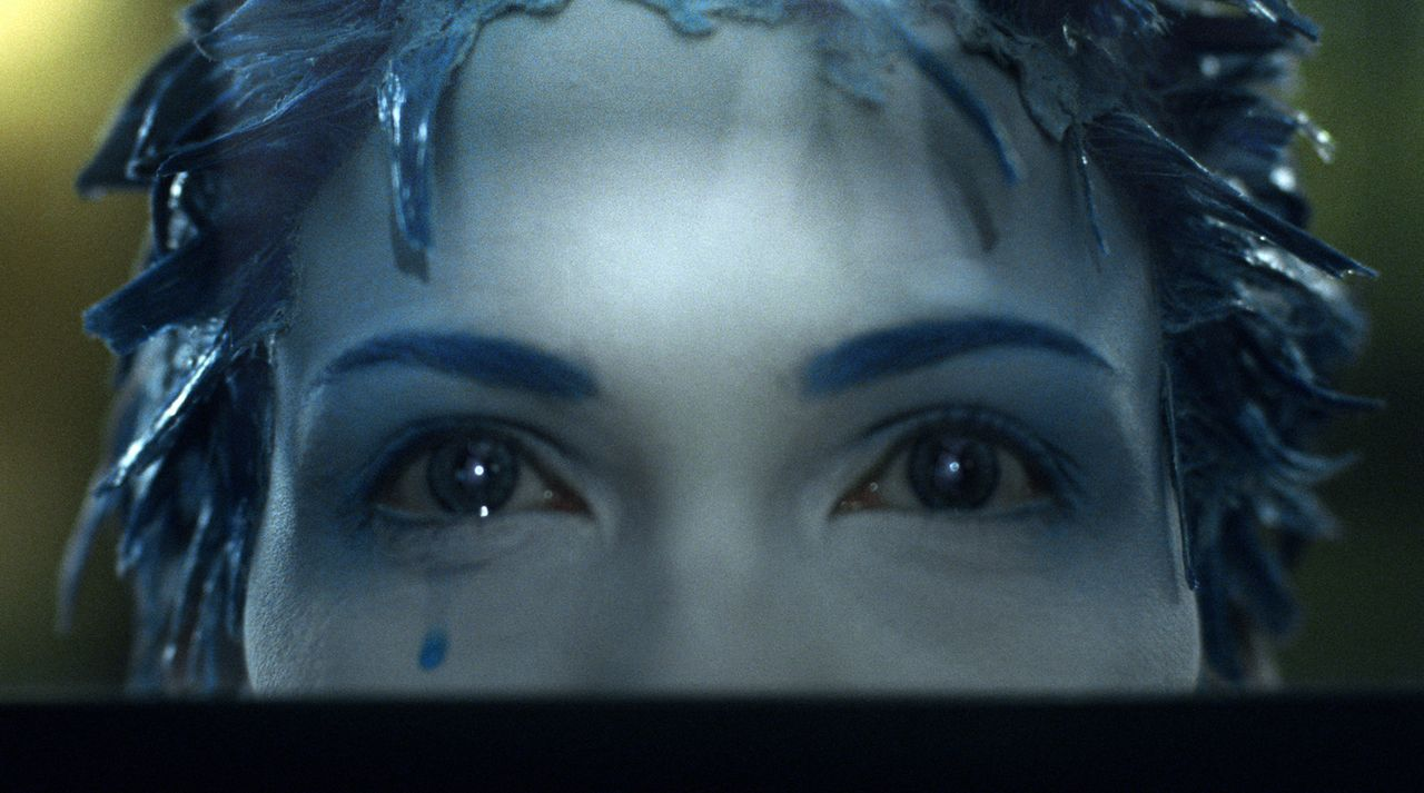 Jill (Linda Hardy) ist ein betörendes Zwitterwesen aus Mensch und Mutant, die mit blauen Haaren und weißer Haut ihre einsamen Tränen in den Schlu... - Bildquelle: TF1 Films Productions