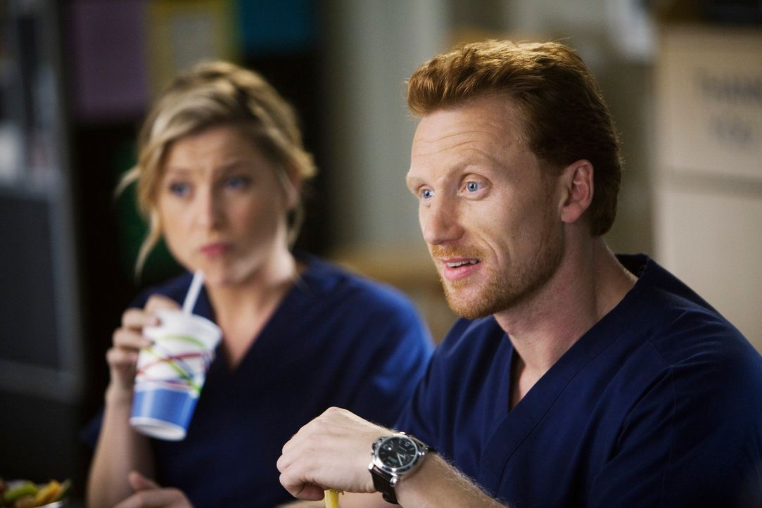 Owen (Kevin McKidd, r.) hat eine Überraschung für Cristina: Teddy Altman, eine Herzspezialistin, die Owen aus seiner Zeit im Irak kennt, hat gerade... - Bildquelle: Touchstone Television