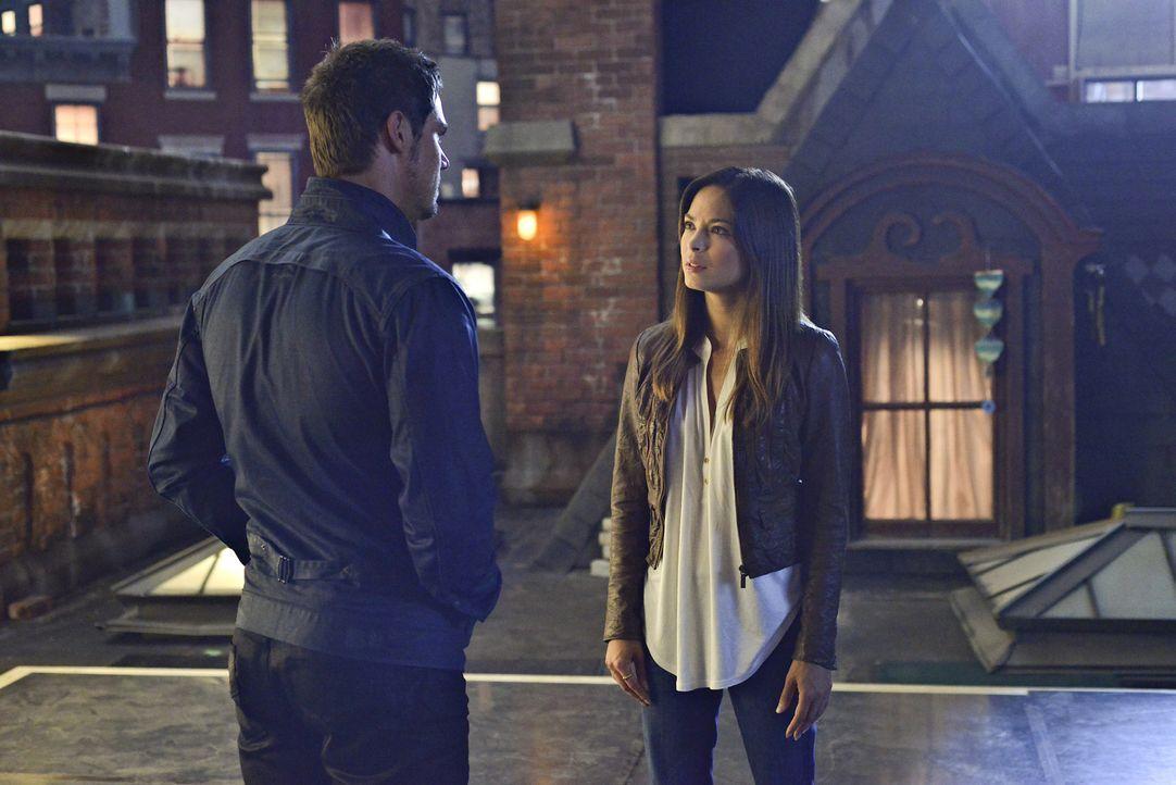 Catherine (Kristin Kreuk, r.) sucht nach Vincent. Es gelingt ihr, Vince (Jay Ryan, l.) anzulocken, doch er traut ihr nicht und entführt sie auf sein... - Bildquelle: 2013 The CW Network, LLC. All rights reserved.