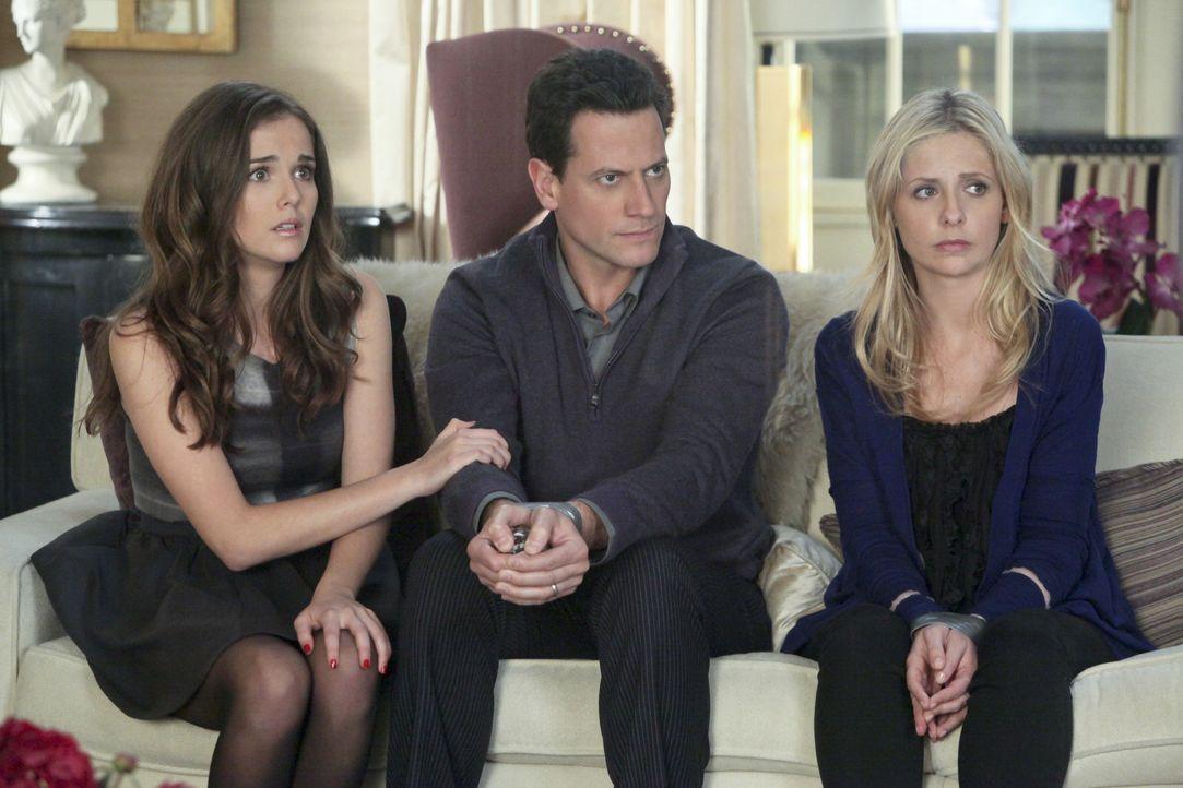 Juliet (Zoey Deutch, l.), Andrew (Ioan Gruffudd, M.) und Bridget (Sarah Michelle Gellar, r.) werden von Catherine in der eigenen Wohnung als Geiseln... - Bildquelle: 2011 THE CW NETWORK, LLC. ALL RIGHTS RESERVED