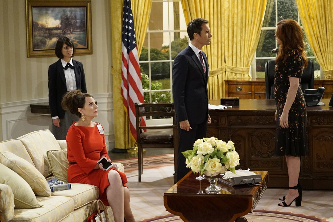 Eigentlich sollte Page (Kate Micussi, l.), eine Angestellte des Weißen Hauses, Will (Eric McCormack, 2.v.r.) lediglich eine Tour geben, doch dann tr... - Bildquelle: Chris Haston 2017 NBCUniversal Media, LLC / Chris Haston