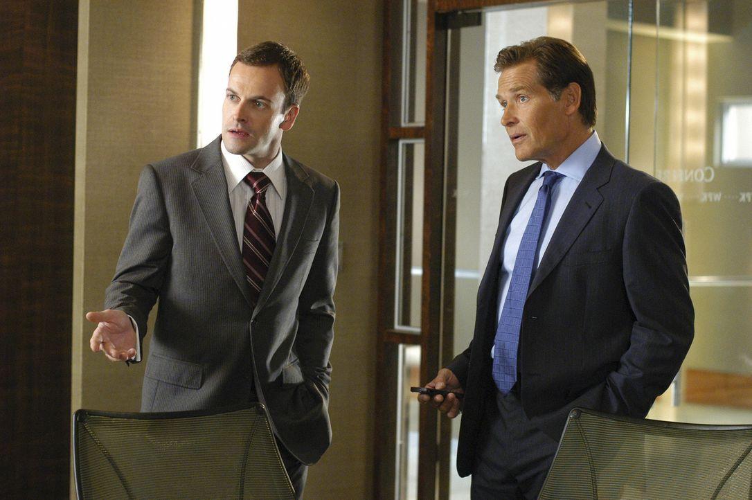 Eli (Jonny Lee Miller, l.) geht mit Salinsky (James Remar, r.) vor Gericht. Der Unternehmer plant, zahlreiche Häuser niederzureißen - ungeachtet der... - Bildquelle: Disney - ABC International Television