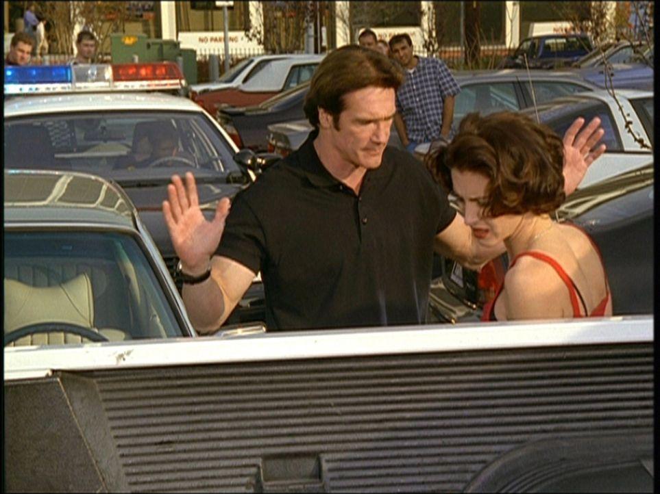 Steve (Barry Van Dyke, l.) ist es äußerst peinlich, dass er den Wagen der schönen Unbekannten gerammt hat. - Bildquelle: Viacom