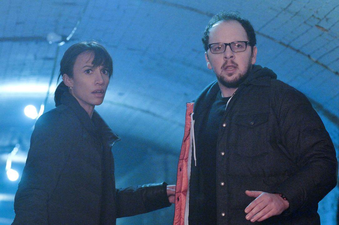 Es wird eng bei Tess (Nina Lisandrello, l.) und J.T. (Austin Basis, r.): Liam hat deren Spur aufgenommen - jetzt heißt es flüchten ... - Bildquelle: Ben Mark Holzberg 2015 The CW Network, LLC. All rights reserved.