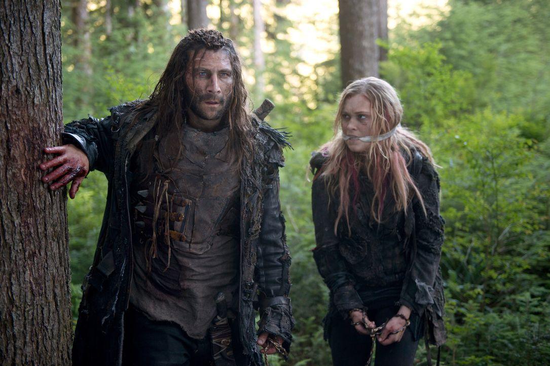 Während Clarke (Eliza Taylor, r.) von Roan (Zach McGowan, l.) zur Eisnation gebracht werden soll, muss Abigail eine ärztliche Entscheidung treffen,... - Bildquelle: 2014 Warner Brothers