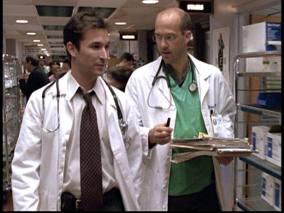 Dr. Greene (Anthony Edwards, r.) hat Dr. Carter (Noah Wyle, l.) gegen einen aufgebrachten Vater eines Patienten verteidigt und stellt sich als Zeuge... - Bildquelle: TM+  2000 WARNER BROS.