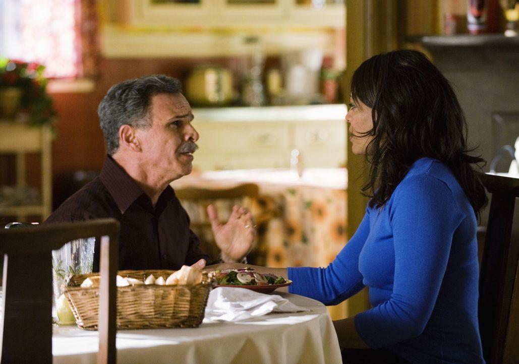 Ignacio (Tony Plana, l.) macht Elena (Lauren Velez, r.) einen Heiratsantrag, schenkt ihr dann jedoch statt eines Ringes ein Flugticket nach Kaliforn... - Bildquelle: 2008   ABC Studios