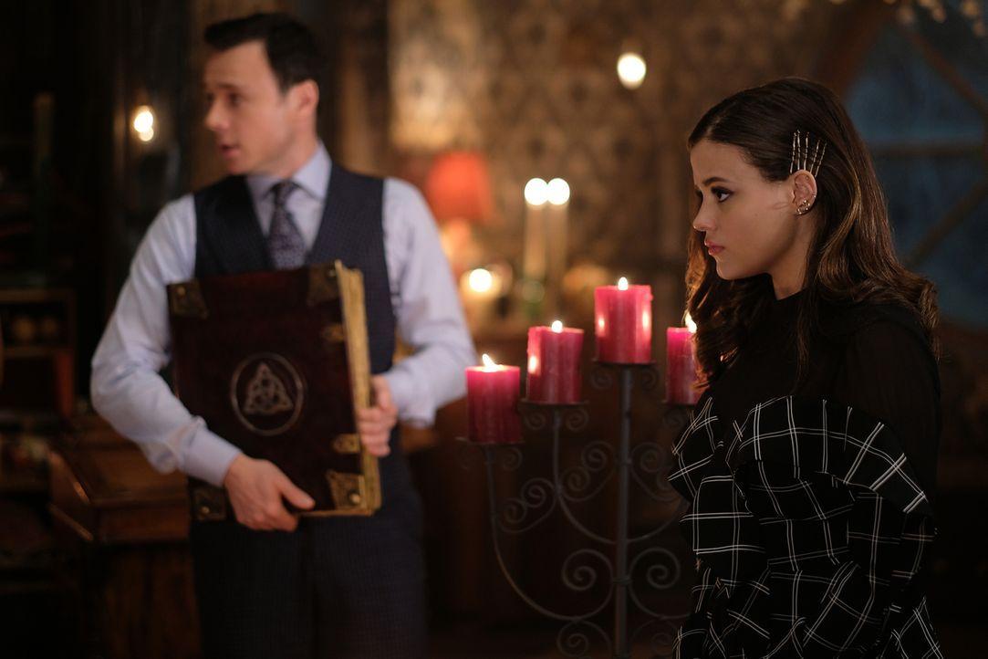 Harry Greenwood (Rupert Evans, l.); Maggie Vera (Sarah Jeffery, r.) - Bildquelle: Robert Falconer 2018 The CW Network, LLC. All Rights Reserved.
