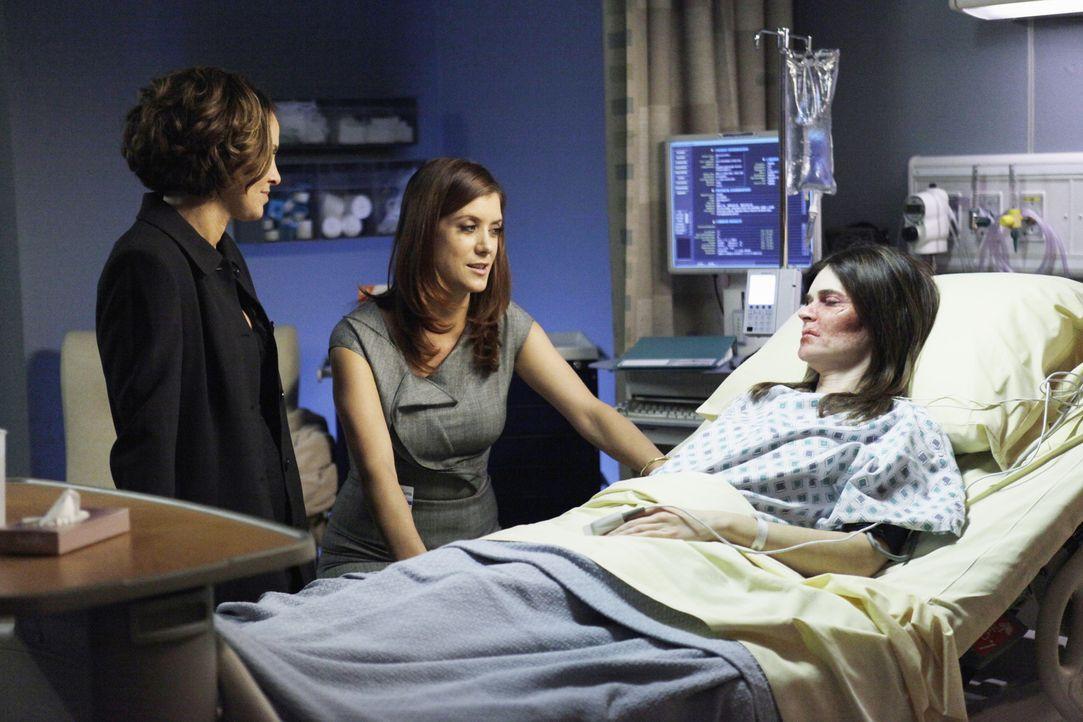 Gerade, als sich Violets (Amy Brenneman, l.) Privatleben durch den Rettungssanitäter Scott etwas bessert, wird sie von Joanna (Betsy Brandt, r.), de... - Bildquelle: ABC Studios