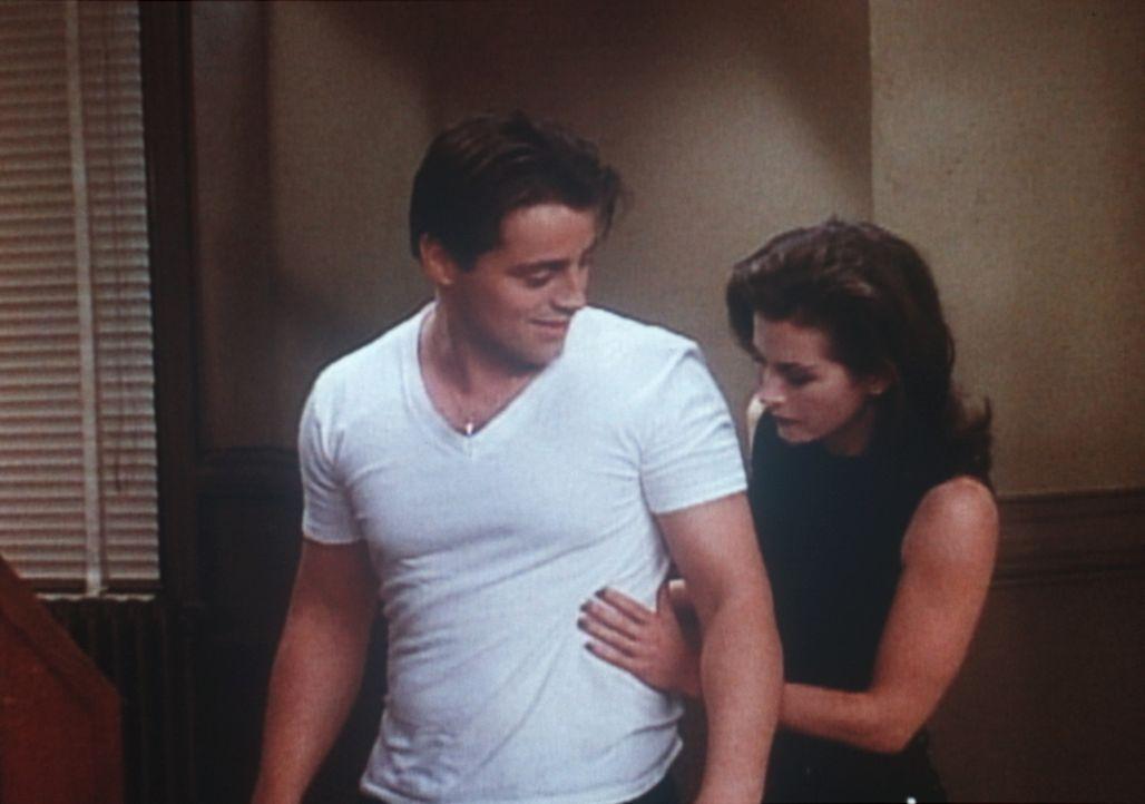 Als Joey (Matt LeBlanc, l.) vor einiger Zeit zu Chandler gezogen ist, lernt ihn Monica (Courteney Cox, r.) kennen und findet Gefallen an ihm. - Bildquelle: TM+  2000 WARNER BROS.