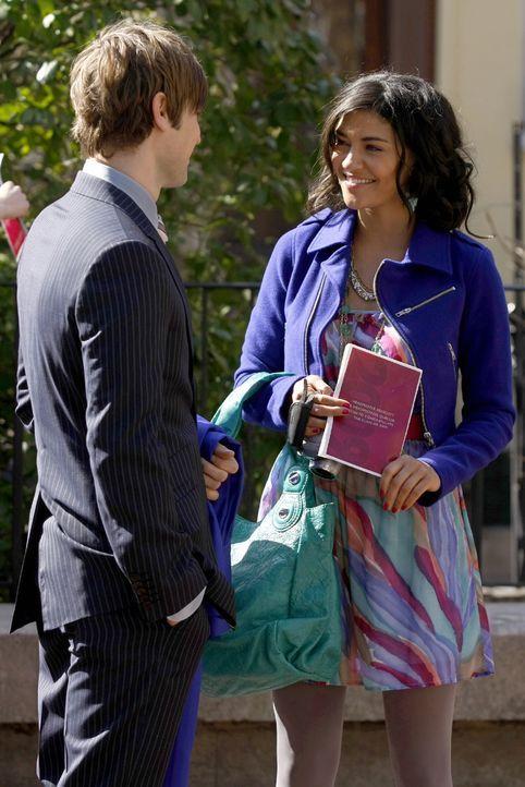 Vanessa (Jessica Szohr, r.) erzählt Nate (Chace Crawford, l.), dass sie eine Rucksacktour durch Europa machen will, bevor sie auf die NYU geht ... - Bildquelle: Warner Brothers