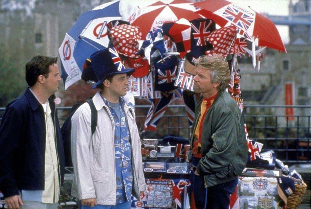 Vor der Hochzeit spielen Chandler (Matthew Perry, l.) und Joey (Matt LeBlanc, M.) Touristen und schauen sich London an, ein Straßenverkäufer (Rich... - Bildquelle: TM+  2000 WARNER BROS.