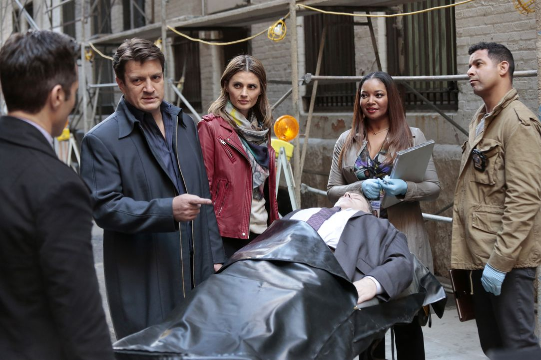 Eigentlich sollten sie sich auf den Mordfall konzentrieren, doch Castle (Nathan Fillion, 2.v.l.) und Kate (Stana Katic, 3.v.l.) veralbern Esposito (... - Bildquelle: Richard Cartwright ABC Studios / Richard Cartwright