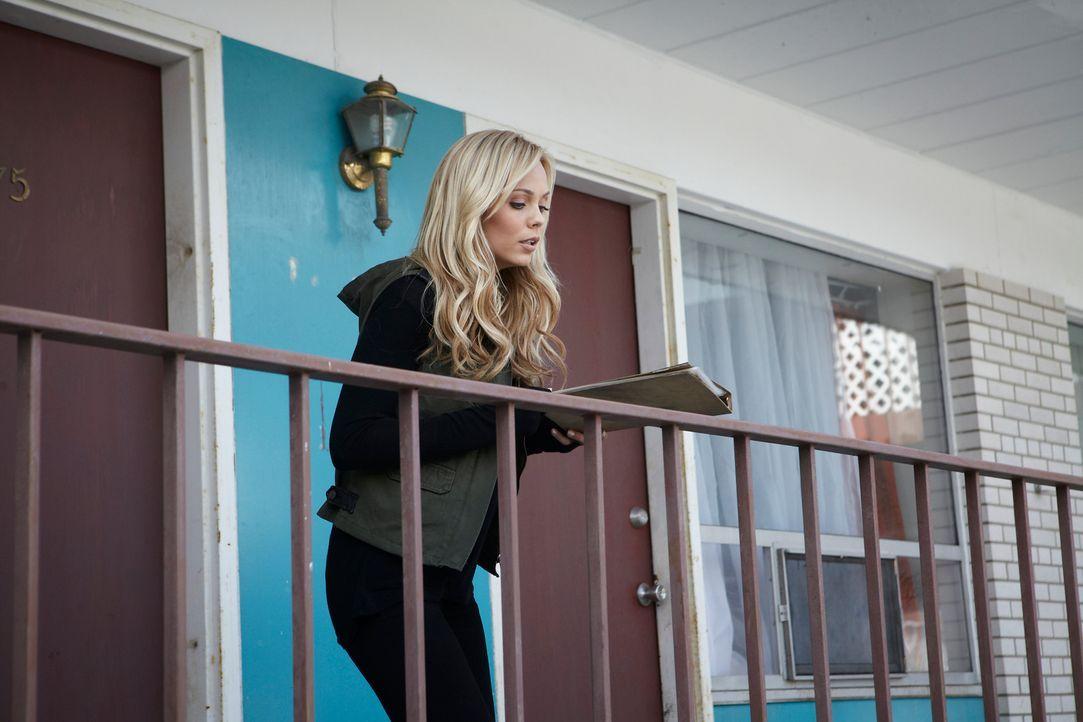 Im Motelzimmer des unbekannten Wolfs entdeckt Elena (Laura Vandervoort) ein Buch mit seinen sämtlichen Morden. Ihr wird schnell klar: Dieser Typ ist... - Bildquelle: 2014 She-Wolf Season 1 Productions Inc.