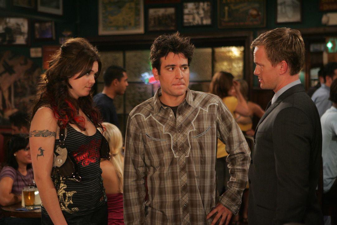 Ted (Josh Radnor, M.) bereitet sich auf ein unbeschwertes Leben als Single vor, als Robin plötzlich wieder in ihrer Stammkneipe auftaucht. Sie präse... - Bildquelle: 20th Century Fox International Television