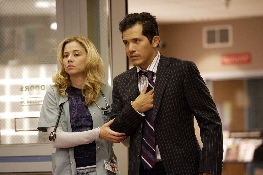 Ein Mann (John Leguizamo, r.) kommt mit Brustschmerzen ins County. Sam (Linda Cardellini, l.) kümmert sich um ihn, doch nach einiger Zeit stellt sic... - Bildquelle: Warner Bros. Television