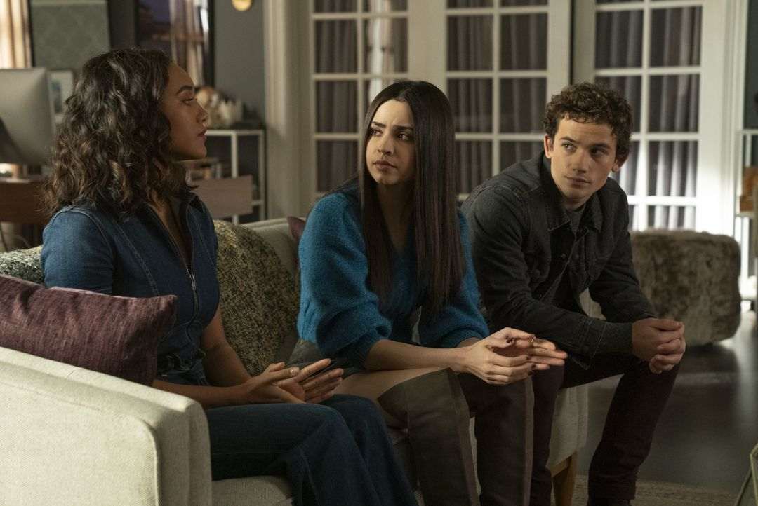 (v.l.n.r.) Caitlin Lewis (Sydney Park); Ava Jalali (Sofia Carson); Dylan Walker (Eli Brown) - Bildquelle: Allyson Riggs 2019 Warner Bros. Entertainment Inc. All Rights Reserved. / Allyson Riggs