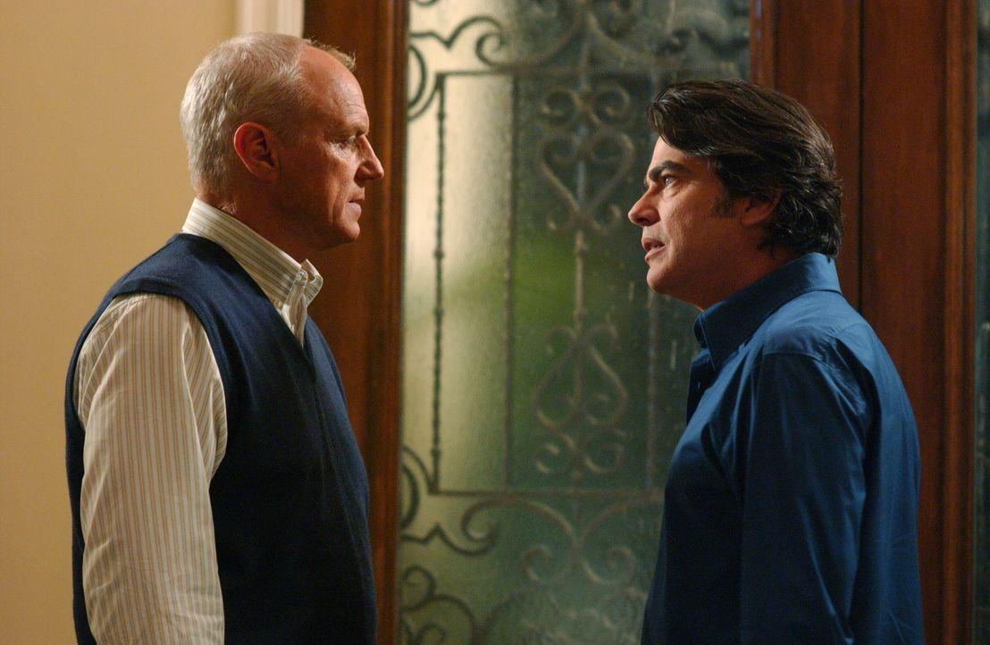Sandy (Peter Gallagher, r.) hat Caleb (Alan Dale, l.) aus dem Gefängnis rausgeholt. Dieser will sofort wieder arbeiten, doch Sandy hat einen andere... - Bildquelle: Warner Bros. Television