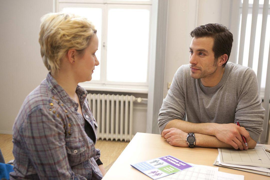 Emma (Kasia Borek, l.) wendet sich auf der Suche nach Hilfe an Michael (Andreas Jancke, r.) und öffnet sich dabei mehr als beabsichtigt ... - Bildquelle: SAT.1