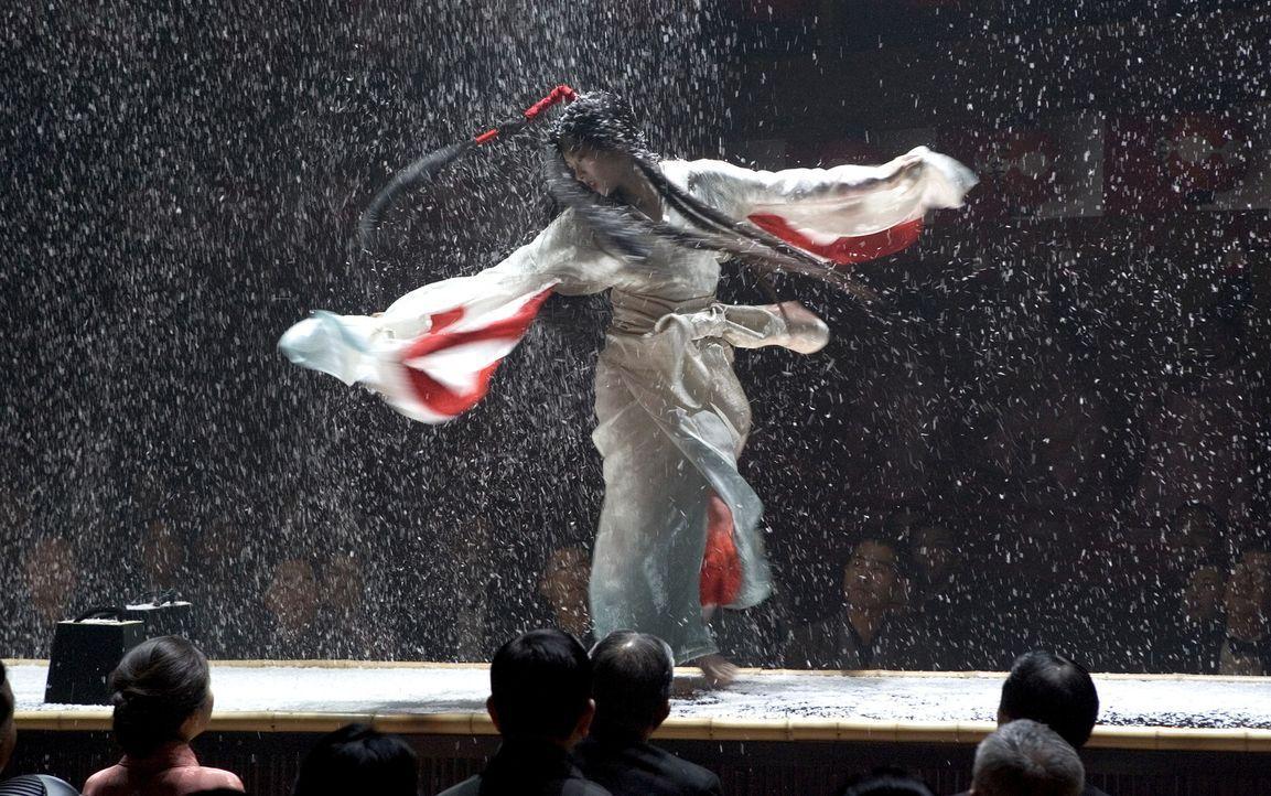 Obwohl ihr eine intrigante Rivalin das Leben zur Hölle macht, blüht Chiyo auf und wird als legendäre Geisha Sayuri Nitta (Ziyi Zhang) berühmt ... - Bildquelle: 2005 Sony Pictures Television International.
