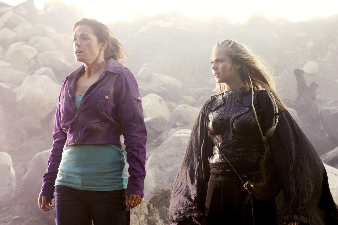 Eigentlich wollte Kara (Laura Vandervoort, r.) nur Clark in die Phantomzone holen. Daher schickt sie Lois (Erica Durance, l.) zurück zur Erde - zusa... - Bildquelle: Warner Bros.