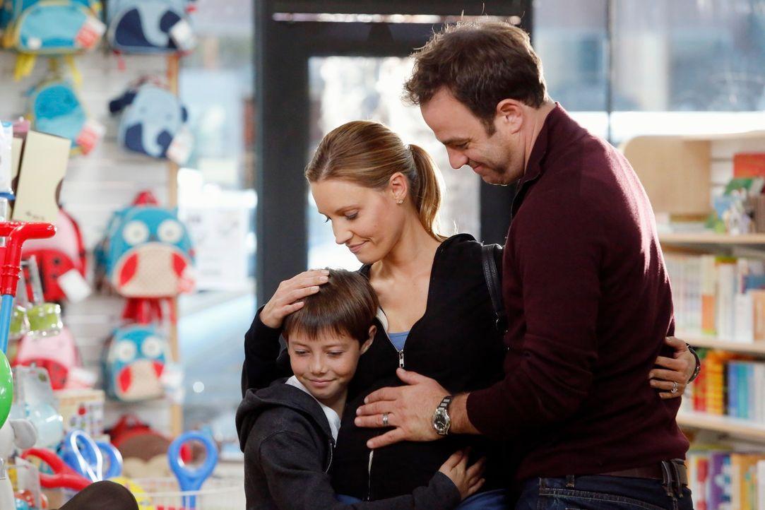 Eine glückliche Familie: Cooper (Paul Adelstein, r.), Charlotte (KaDee Strickland, M.) und Mason (Griffin Gluck, l.) ... - Bildquelle: ABC Studios