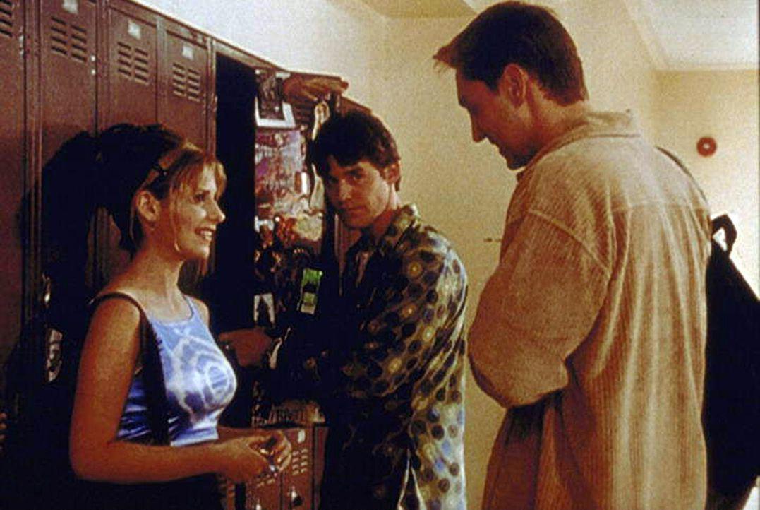 Buffy (Sarah Michelle Gellar, l.) hat sich, sehr zum Leidwesen von Xander (Nicholas Brendon, M.), in ihren Mitschüler Owen (Christopher Wiehl, r.) v... - Bildquelle: TM +   2000 Twentieth Century Fox Film Corporation. All Rights Reserved.