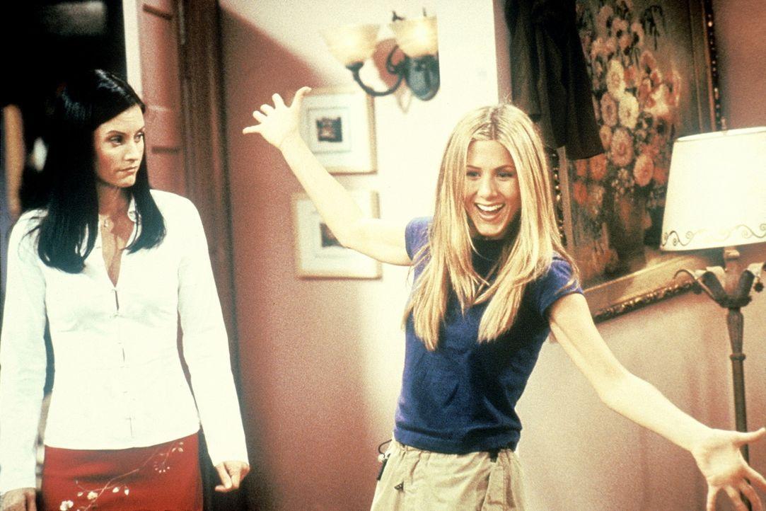 Rachel (Jennifer Aniston, r.) hat eine Überraschung für Monica (Courteney Cox, l.): Sie darf Rachels Sachen für den Umzug packen. - Bildquelle: TM+  2000 WARNER BROS.