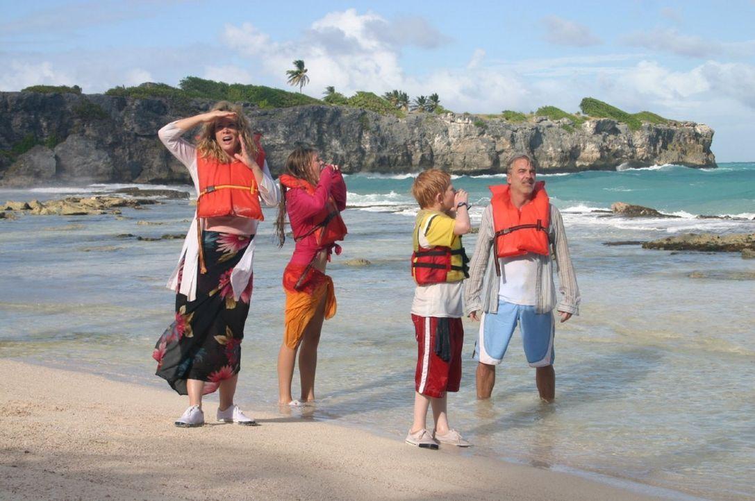 """Der Pirat Marcos hat die """"Ocean Queen"""" gekapert und die Familie (v.l.n.r.: Ann-Kathrin Kramer, Vijessna Ferkic, Sebastian Husak, Christoph M. Ohrt)... - Bildquelle: Sat.1"""