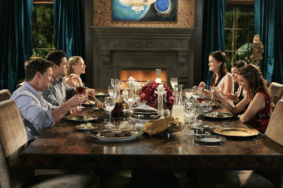 Ein Abendessen voller spannungsgeladener Überraschungen: (v.l.n.r.) Arthur (John Allen Nelson), Will (Brian Hallisay), Lily (Kristina Apgar), Sage (... - Bildquelle: Warner Bros. Television