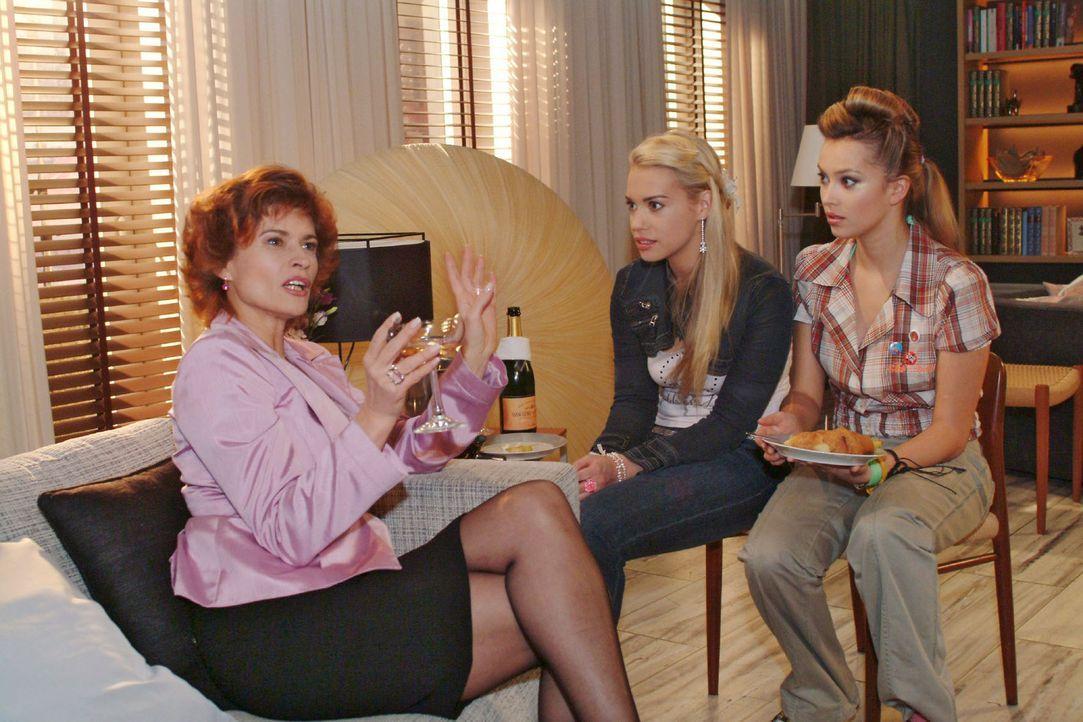 Als Sophie (Gabrielle Scharnitzky, l.) aus früheren Zeiten berichtet, hängen Kim (Lara-Isabelle Rentinck, M.) und Hannah (Laura Osswald, r.) an ih... - Bildquelle: Monika Schürle Sat.1