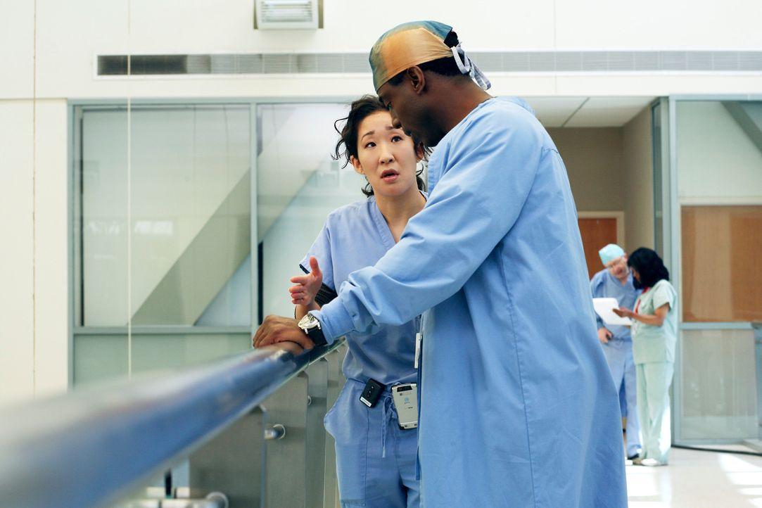 Während Cristina (Sandra Oh, l.) Freundschaften und Karriere riskiert, um Burke (Isaiah Washington, r.) zu schützen,  macht er ihr unmissverständlic... - Bildquelle: Touchstone Television