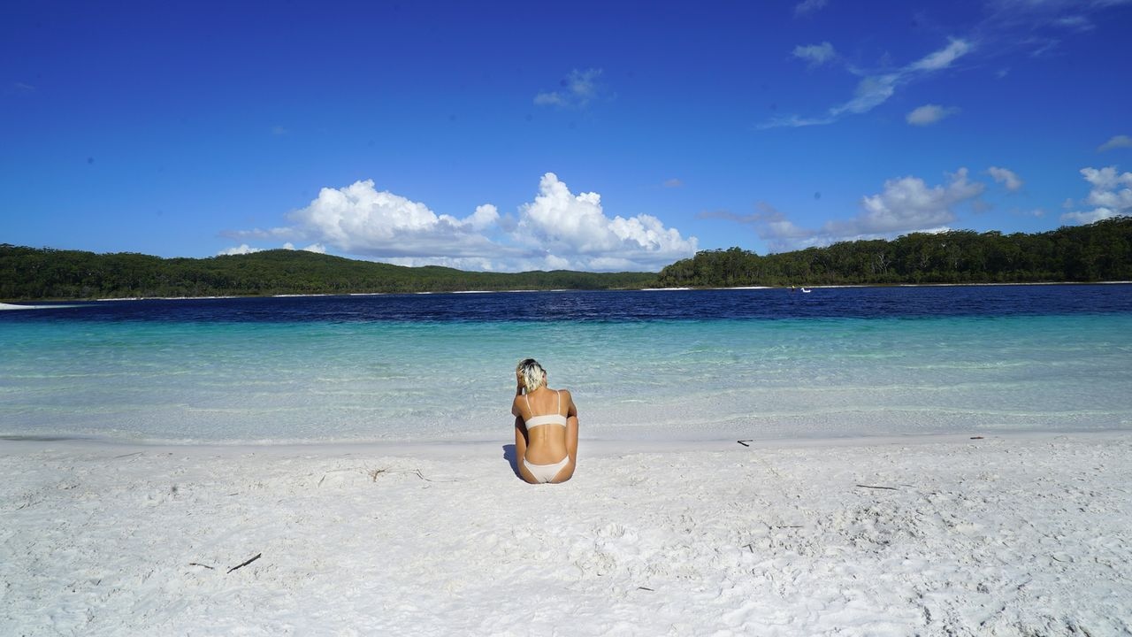 Dieser paradiesische weiße Sandstrand mit türkisblauem Wasser am Lake McKenzie auf Fraser Island in Australien lädt zum Entspannen ein ... - Bildquelle: 2017,The Travel Channel, L.L.C. All Rights Reserved